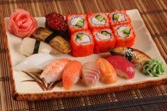 Japanerrolle mit Wasabisoße auf Platte Lizenzfreie Stockfotografie