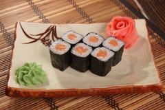 Japanerrolle mit Wasabisoße auf Platte Stockfoto