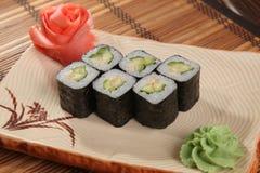 Japanerrolle mit Wasabisoße auf Platte Lizenzfreies Stockbild
