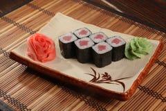 Japanerrolle mit Wasabisoße auf Platte Stockbild