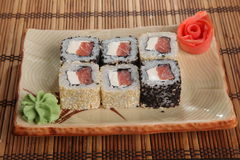 Japanerrolle mit Wasabisoße auf Platte Stockbilder