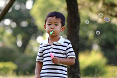 Japanese boy blowing bubbles. (4 years old Stock Photography