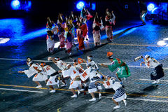 """The Japanese Folklore group """"Awa Odori"""" at the Red Square. MOSCOW, RUSSIA - AUGUST 26, 2016: Spasskaya Tower international military music festival. The Stock Photos"""