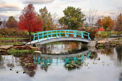 Japanese Foot Bridge. A Pastoral Scene Of A Japanese Foot Bridge Over A Quiet Little Pond On A Rainy Day In Autumn Stock Photos