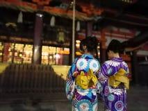 Japanese girls pray at Yasaka shrine, Kyoto Stock Photography