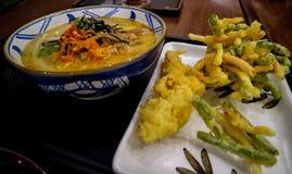 Japanisch-?hnliche Nudeln mit w?rzigen Tellern plus warme Getr?nke lizenzfreies stockbild