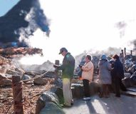 Japanische ältere Touristenreise zum owakudani zu gehen und zur Wanderung schleppt, um heiße Quellen, schöne Aussichten zu erfahr lizenzfreie stockbilder