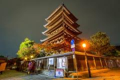 Japanische alte Stadt in Higashiyama-Bezirk von Kyoto nachts Stockfoto