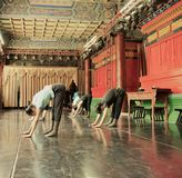 Japanische Balletttänzer üben Leistung in einem aciant Tempel in Japan Lizenzfreie Stockfotos