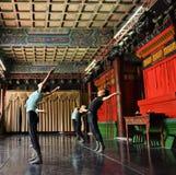 Japanische Balletttänzer üben Leistung in einem aciant Tempel in Japan Stockfoto