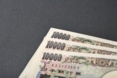 Japanische Banknote 10000 Yen auf schwarzem Hintergrund Stockfotos