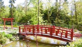 Japanische Brücke im bayerischen Park lizenzfreie stockfotos