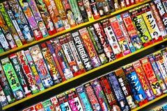 Japanische Comics im Verkauf im Freien in Tokyo Stockbilder