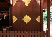 Japanische Eingangsholztürgolddetails und -muster lizenzfreie stockbilder