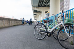 Japanische Einheimische parken ihr Fahrrad stockfotos