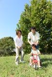Japanische Familie, die im Park spielt Lizenzfreies Stockbild