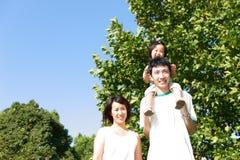 Japanische Familie im Park Lizenzfreie Stockbilder