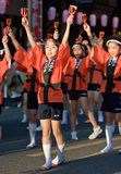 Japanische Festivaltänzer im orange happi Kimono Stockfotografie