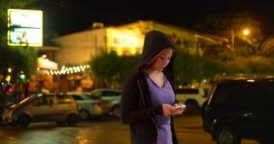 Japanische Frau, die draußen auf Smartphone simst lizenzfreies stockfoto