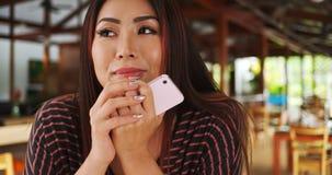 Japanische Frau, die draußen Smartphone verwendet stockbild