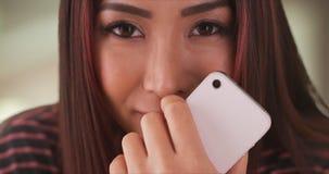 Japanische Frau, die an einem Restaurant betrachtet Kamera sitzt stockbilder