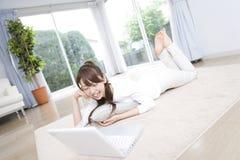 Japanische Frau, die einen PC betreibt Stockfotografie