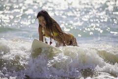 Japanische Frau, die in Hawaii surft Lizenzfreies Stockfoto