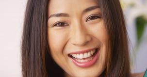 Japanische Frau, die Kamera lächelt und betrachtet stockbild