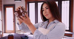 Japanische Frau, die keramisches Stück hält stockbilder