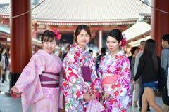 Japanische Frau, die traditionellen Japaner Yukata trägt Lizenzfreie Stockfotografie