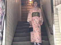 Japanische Frau, die traditionellen Kimono trägt Lizenzfreie Stockbilder