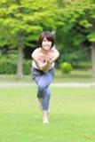 Japanische Frau, die YOGA-Adlerhaltung tut Lizenzfreie Stockfotos