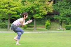 Japanische Frau, die YOGA-Adlerhaltung tut Lizenzfreies Stockfoto