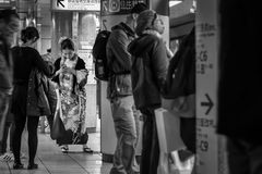 Japanische Frau in einem traditionellen Winter Kimonokleid Lizenzfreie Stockfotos