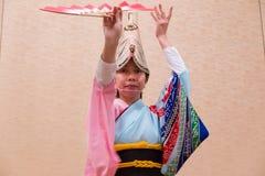 Japanische Frau im japanischen Trachtenkleid durchführendes lokales DA Lizenzfreie Stockfotografie