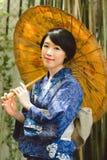 Japanische Frau mit Regenschirm Stockfoto
