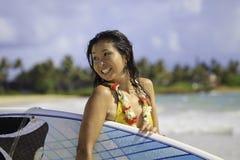 Japanische Frau mit Surfbrett Lizenzfreie Stockbilder