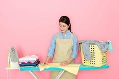 Japanische Frau, welche die Kleidung überprüft Lizenzfreies Stockbild