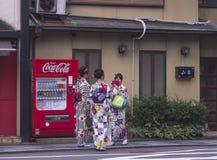 Japanische Frauen in den Kimonos, die Foto machen Lizenzfreies Stockfoto
