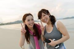 Japanische Frauen, die auf dem Strand aufwerfen Lizenzfreie Stockfotos