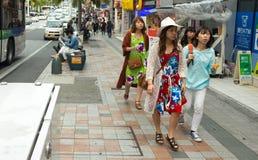 Japanische Frauen, die bunte Kleider tragen Lizenzfreie Stockfotografie