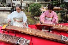 Japanische Frauen, die das traditionelle Instrument spielen Lizenzfreies Stockfoto