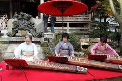 Japanische Frauen, die das traditionelle Instrument spielen Lizenzfreie Stockfotografie
