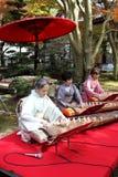 Japanische Frauen, die das traditionelle Instrument spielen Stockfotografie