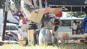 Japanische Frauen, die sado chanoyu oder japanische Teezeremonie, auch genannt die Weise des Tees machen stock video footage