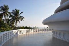 Japanische Friedenspagode mit Palmen in Sri Lanka lizenzfreie stockfotografie