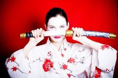 Japanische Geisha mit Klinge Stockfoto