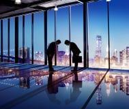 Japanische Geschäftsmänner, die eine Geschäfts-Vereinbarung haben Lizenzfreie Stockbilder