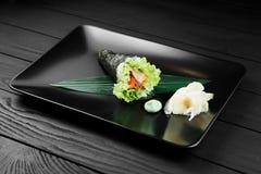 Japanische geschmackvolle temaki Sushi auf schwarzem Hintergrund Lizenzfreie Stockfotos