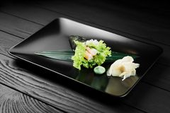 Japanische geschmackvolle temaki Sushi auf schwarzem Hintergrund Lizenzfreies Stockbild
